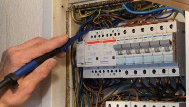 Installateur bei der Installation einer Infrarotheizung