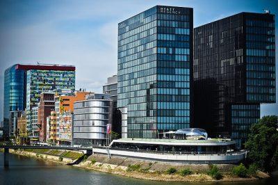 Warme Gebäude durch Sonnenstrahlung